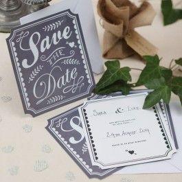 <p>Laat al jullie gasten alvast jullie trouwdatum in de agenda zetten, zodat iedereen ruim vantevoren op de hoogte is van de datum en dan geen vakantie of dubbele feestjes organiseren!</p> <p>Iedere kaart is ongeveer 14cm x 16cm. Enveloppen zij bijgeleverd in het wit.</p> <p>De kaart is grijs/wit en heeft een vintage stijl uitstraling. Op de voorzijde staat met sierlijke letters 'save the date'.</p> <p>Op de achterzijde kan je je eigen namen en trouwdatum invullen.</p> <p>In een pakje ...