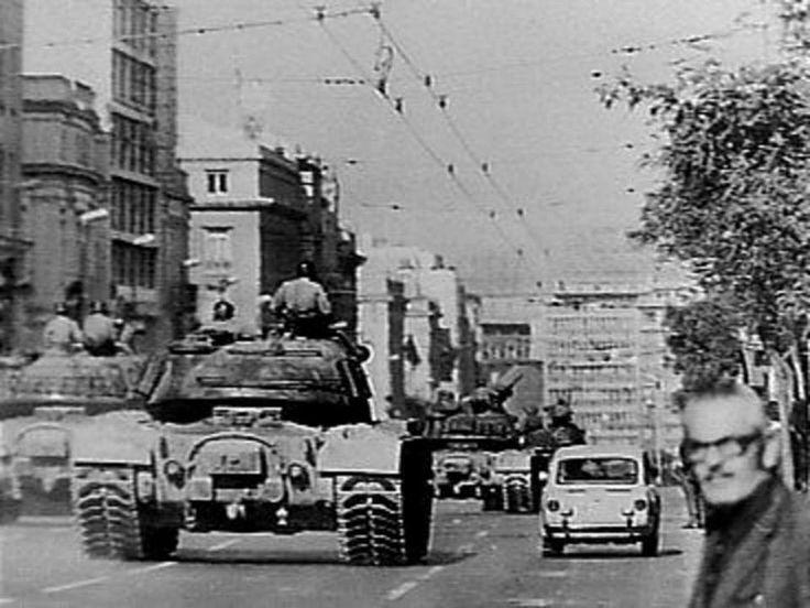 Πανεπιστημίου. Τα τανκς κατευθύνονται προς το Πολυτεχνείο. Αθήνα, Νοέμβριος 1973.