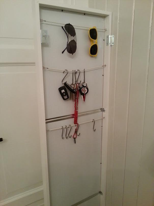 """Lag oppheng til nøkler og solbriller bak """"Stave"""" speil fra Ikea."""