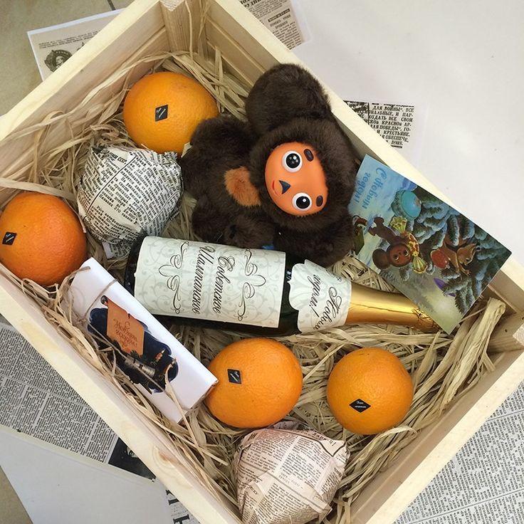 Деревянный реечный ящик Апельсины 6 шт. Музыкальная игрушка чебурашка Шоколадная плитка 100 г. Советское шампанское полусладкое 0,75 л. Поздравительная открытка 14*14 см. Натуральный наполнитель Размер: 45*35*15 см. Наклейки на апельсины