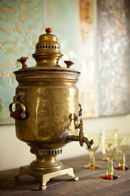 brass samovar | サモワール:ロシア、中央アジアのお茶を入れるための湯沸かし器。蓋の上にティーポットを置いて温められるようになっており、下部に蛇口が付いているものが多い。伝統的には石炭や炭を使うが、電気を熱源とするものもある。