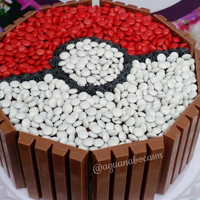 Adorei essa torta de KitKat para o tema Pokemon  @aguanabocasm #loucaporfestas #party #decor #kitkat #bolokitkat #pokemon #festapokemon #pokemonparty