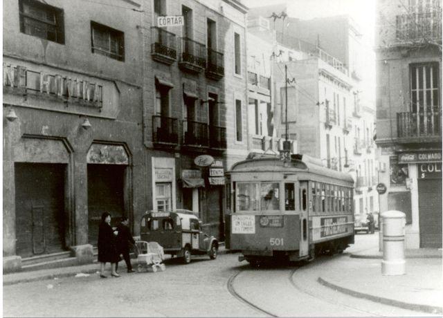 Cantonada de la Plaça Rovira amb el Torrent de les Flors amb el tramvia 39 i el cine Rovira ja tancat, Barcelona als anys 60. El barri de la meva infantesa...