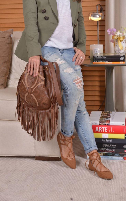 Combinação que eu amo: camiseta branca, jeans e blazer com sapatilha de tiras e bolsa de franjas caramelo. Adoro sapatos nesta cor, acho que alonga a silhueta, e isso faz mais diferençaainda quando se trata de sapatos sem saco, né? Camiseta – Nk Store / Calça jeans – Rosa Chá / Blazer – Cruise / …                                                                                                                                                      Mais