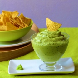A different way to prepare guacamole with fresh and spicy touches!