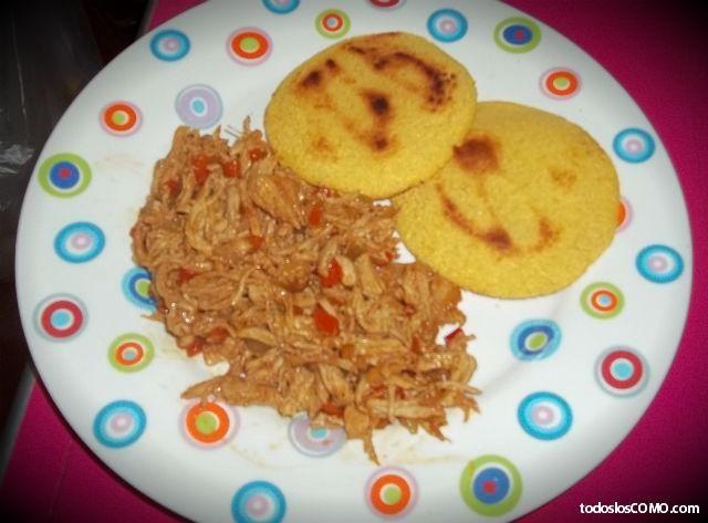 Cómo preparar pollo mechado. La carne mechada es tradicional de la gastronomía venezolana, la cual suele utilizarse como relleno de las deliciosas arepas pero también como principal ingrediente de muchos otros platos. Pues bien, ...