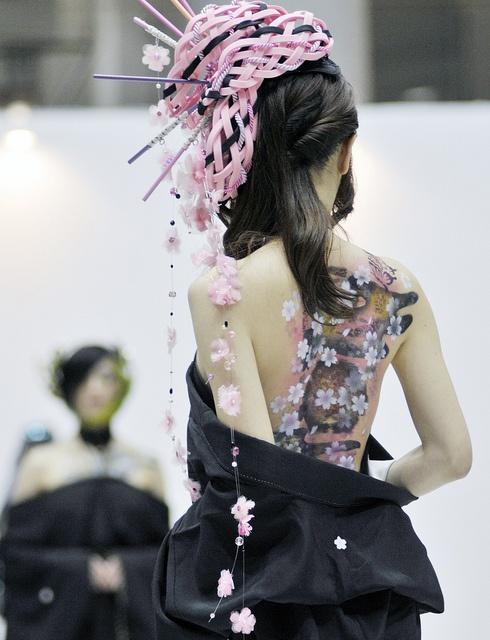 Handmade kimono design and gorgeous cherry blossom body painting by Saki Cato. 加藤紗希さんのハンドメイド着物や美しい桜ボディーペイント。 Tokyo, Japan.