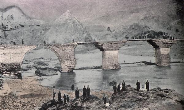 Palu ve Aradzani-Murat nehri üzerindeki Palu Köprüsü Bir zamanlar binlerce Ermeni'nin köprüden atıldığı bilinmektedir.