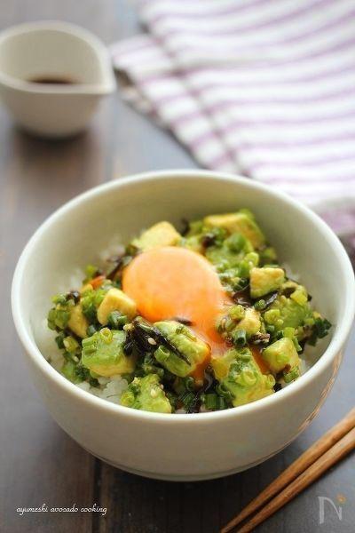 塩昆布とたっぷりの葱で和え、ラー油でピリッとパンチをきかせた旨辛丼!! 卵黄をとろ~り絡めて・・♪