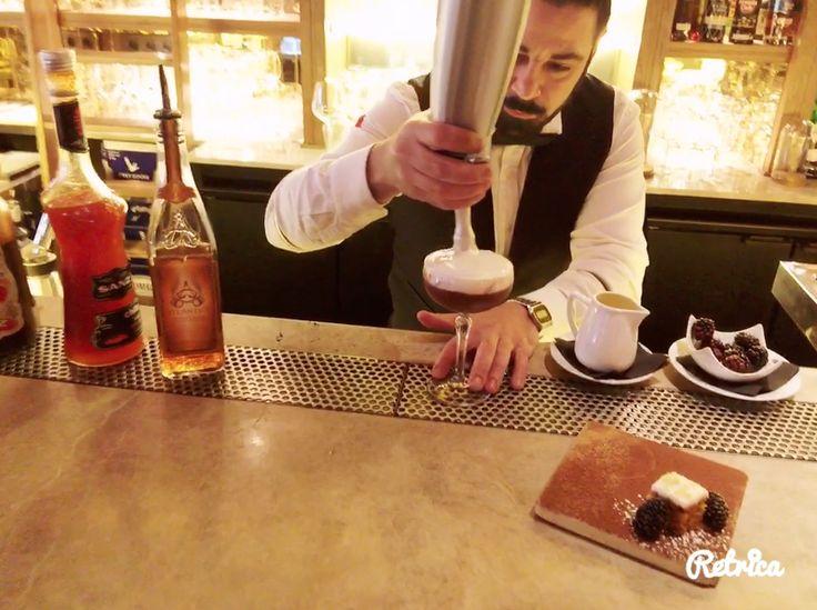 Espuma de mora para un cocktail espectacular! Ron Atlantico + siropes de chocolate y chile Sanz Cocktails + espuma de mora + tarta de zanahoria y moras: dulce, picante, suave y con textura en TATEL Restaurants ¿Mejor? imposible!  Sé diferente y pide que te sorprendan a vuestros bartenders favoritos. Ah, eso sí... siempre con Siropes Sanz. #Jarabes #Sanz #Cocktails #Tatel #Mixología #Mixology #cocktail #bartender #mixologist #flairbartending #falir #cafe #coffee #coctelera #receta #jarabe…