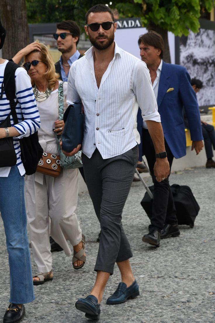 """男の着こなしにクリーンな印象を与えてくれる""""白シャツ""""。タックインでドレッシーに着こなすもよし、タックアウトでカジュアルに着崩すもよし、白シャツ自体の素材やディテールで遊ぶのもアリだろう。今回はそんなさまざまな顔をもつ""""白シャツ""""にフォーカスして注目の着こなし&アイテムを紹介! 白シャツ×アンクルスラックス ノータイのシャツの着こなしに最適なワイドカラーのドレスシャツに春夏にふさわしい抜け感を演出するアンクルレングスに設定したスラックスをあわせたシンプルなコーディネーション。シンプルなだけに身体にフィットするサイズチョイスやブレスレットやウォッチ、サングラスといった小物使いも大きなポイントに。 BARBA【バルバ】ドレスシャツ BRUNO 詳細・購入はこちら 白シャツ×ブラック色落ちジーンズコーデ 肘上までロールアップした白シャツに絶妙な色落ち感が特徴のブラックジーンズとプーマの白スニーカーを合わせた着こなし。シャツを第二ボタンまではずすことでワイルドなスタイリングが完成。さりげなくワンロールしたジーンズやウォレットチェーン、アクセ..."""