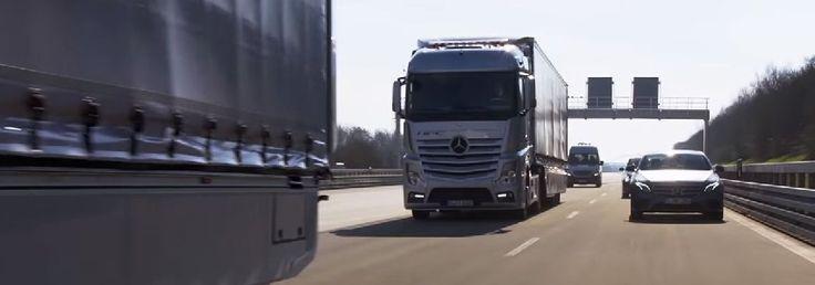 Convoy de camiones Mercedes-Benz Actros usando su sistema autónomo