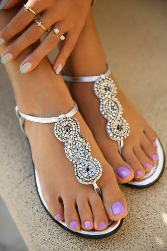 sandale femme blanche aux décorations style Mille et une nuits finition argentée