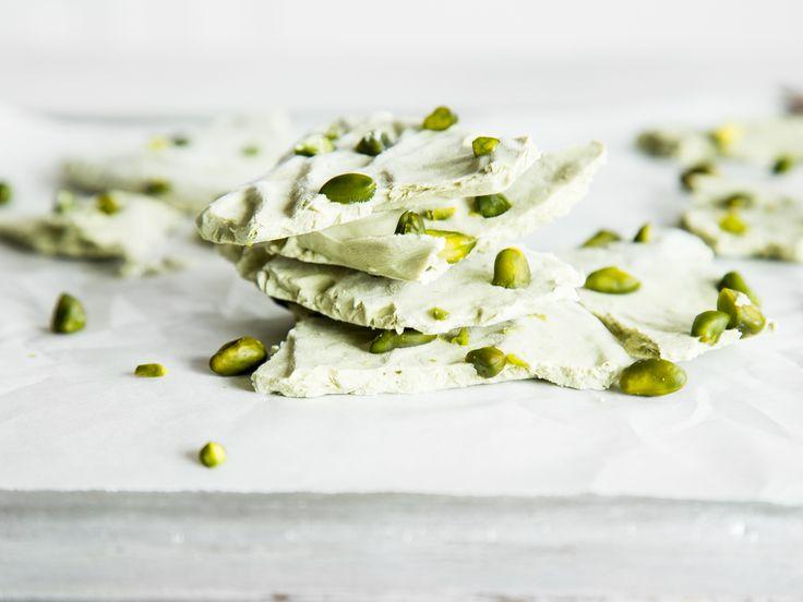 Frozen Matcha-Joghurt-Splitter mit Pistazien