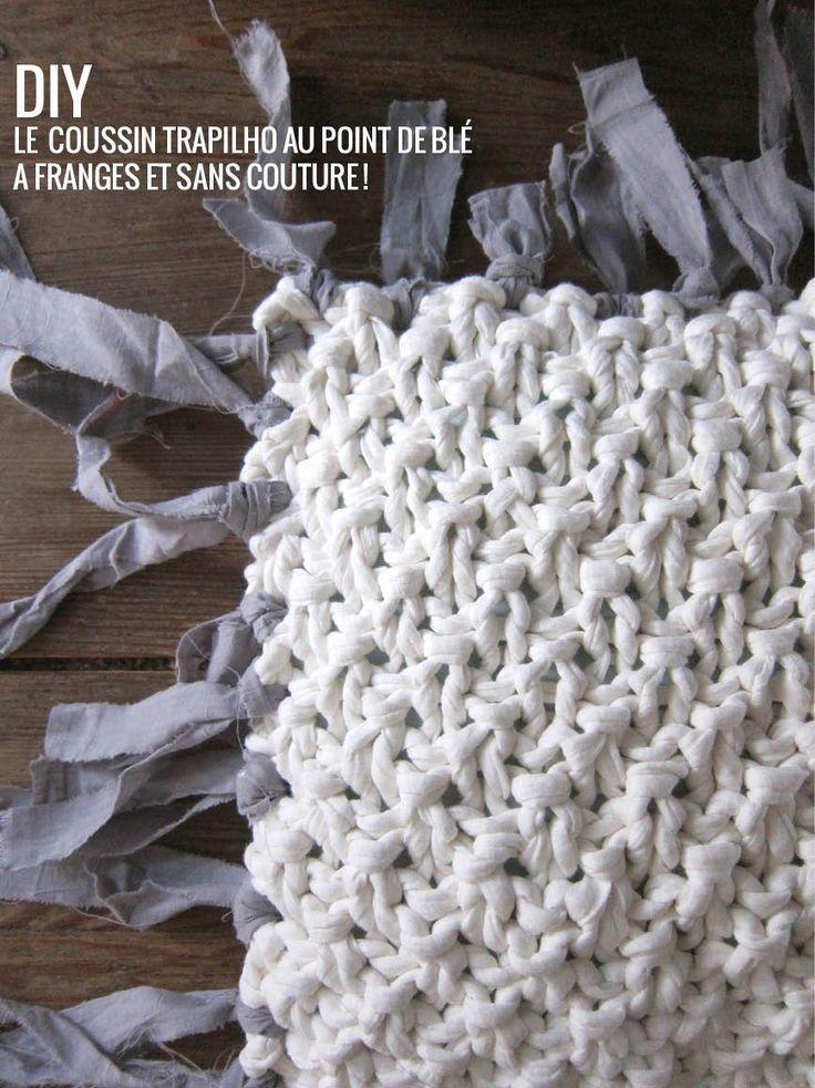 Un modèle et le tuto du coussin sans couture à franges. Tricoté au point de blé et en trapilho : un projet simplissime !