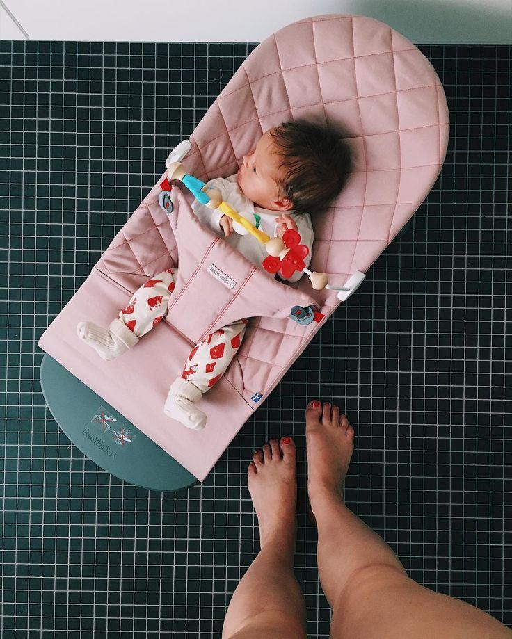 Wenn man einfach nur duschen will ... Nach unruhigen Nächten folgen ruhige Tage? Mal sehen ... Zurzeit ist Madame hellhellwach und wühlt rum. #ichwolltedochnur #duschen #momlife #muttiistmüde #livingwithkids #newborn #newbornphotography #babybjörnwippe #babybjörn #babywippe #teamrosa #motherdaughter #baby #babygirl #pinkrules Wippe: @babybjorn @isa.gruetering