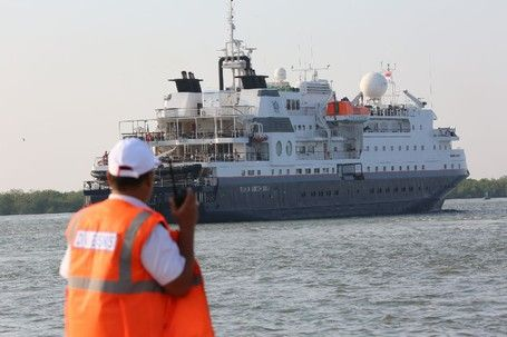 Kapal Pesiar MV Silver Discoverer Bawa Wisman Ke Pelabuhan Belawan - http://darwinchai.com/traveling/kapal-pesiar-mv-silver-discoverer-bawa-wisman-ke-pelabuhan-belawan/