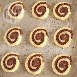 Biscoito caracol @ allrecipes.com.br - Biscoito de chocolate e baunilha enrolado como um rocambole. É uma delícia e fácil de fazer, experimente!