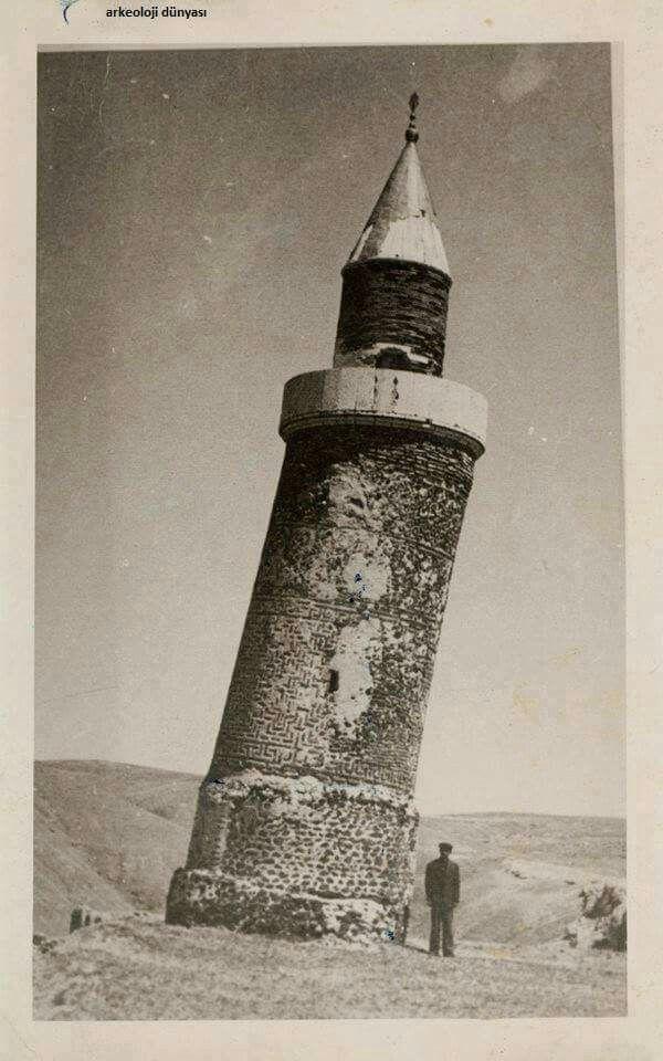 Elazığ, Harput'ta bulunan ve halk arasında Eğri Minare olarak bilinen, Harput Ulu Cami