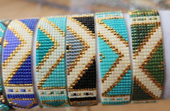 Armband parels geweven miyuki, breedte 16mm, lengte van de armband 15cm, sluit met een koord in nylon verstelbaar en verstelbare afhankelijk van de grootte van je pols.  Kleuren: blauw, glanzend gebroken wit, goud  Mogelijkheid om andere maten, andere kleuren.  De momenteel beschikbare kleuren: zwart / grijs/off-wit/goud zalm/roze/off-wit / goud Turquoise / gebroken wit / goud (2)  Vraag enkel, twee of drie dagen tijd maken.