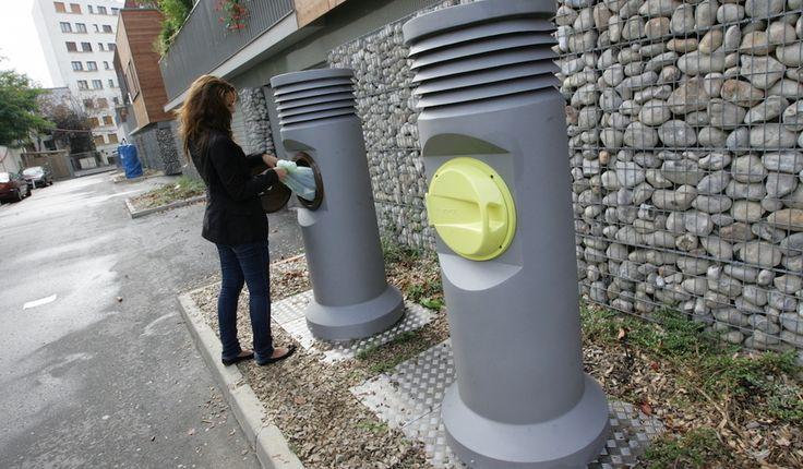 Deux bornes de collecte de déchets, l'une pour les ordures ménagères, l'autre pour les déchets triés. © Mairie de Romainville