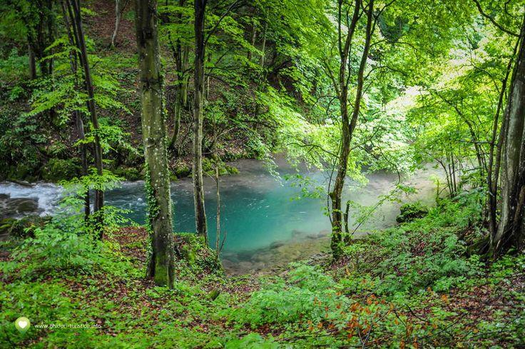 Lacul Ochiul Beiului, o minune a naturii unică în România, a cărui culoare îi impresionează pe turiști-Turism, Business și Cultură pe tărâmul Daciei