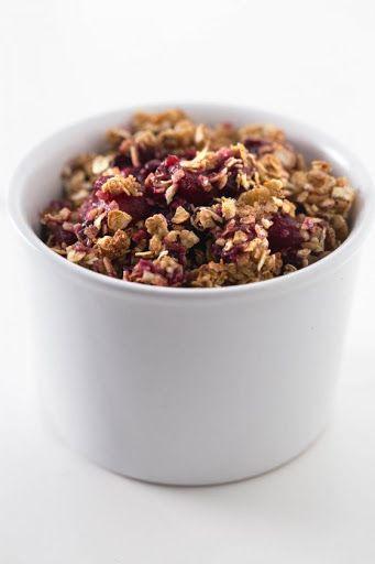 Crumble vegano de manzana y moras sin grasa - Este crumble vegano de manzana y moras sin grasa está para chuparse los dedos y es un postre o desayuno muy saludable. A nosotros nos gusta más frío.