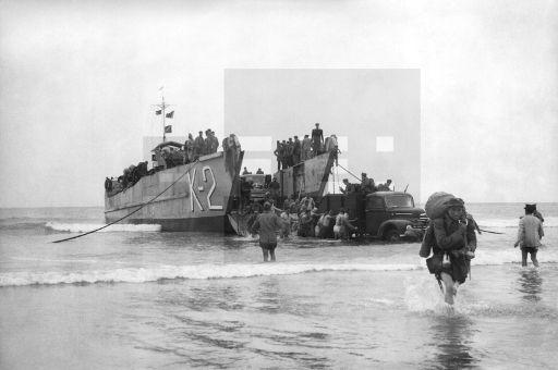 GUERRA DE IFNI: Villa Bens (Cabo Juby), 10/01/1958.- Un buque anfibio descarga material para las tropas españolas en la costa sahariana. EFE/jt