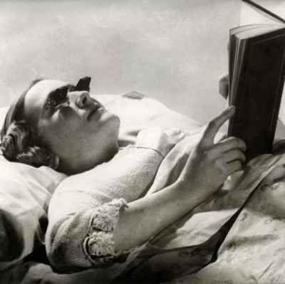Occhiali per leggere a letto (Inghilterra, 1936). Dalla Hamblin un paio di occhiali progettati appositamente per leggere a letto.