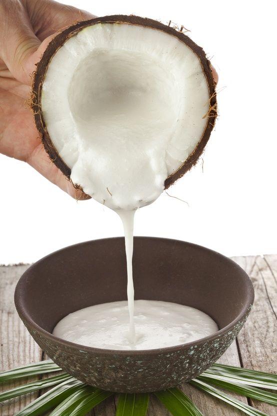 """Cómo hacer que tu cabello crezca más rápido La leche de coco ayuda a crecer el pelo largo y grueso """", dice el experto en cuidado de la piel ayurvédica india Pratima Raichur. (la leche coco de  lata sirve.) Que frotar sobre el cuero cabelludo, dejar actuar durante una hora o así, y luego lavarlo."""