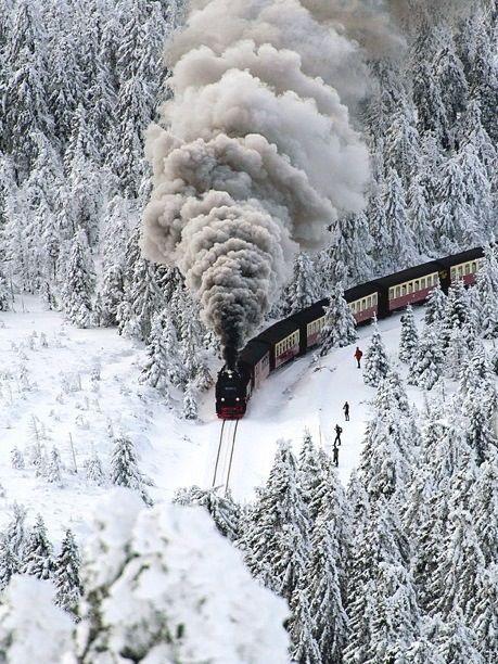 Um trem abre caminho pela neve em Wernigerode, estado da Saxônia-Anhalt, Alemanha.  http://www.99traveltips.com/destinations/10-breathtaking-photos-winter-landscapes/6/