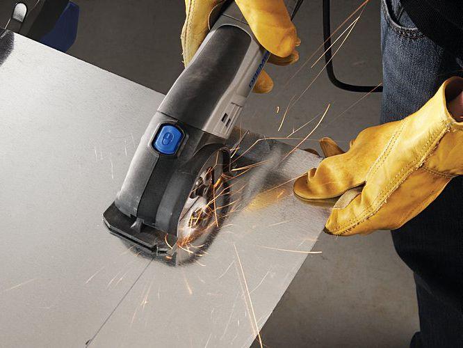 PASO 2) Corte las líneas marcadas con la Dremel® Saw-Max y la hoja de corte para metal DSM510.