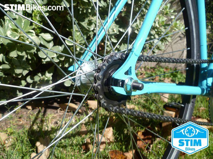 "Marco de hierro Celeste, rodado 28"", ruedas 700 x 32C 700C Course, single speed, freno contra pedal.  //  Iron frame Sky-Blue, 28"" wheelset, 700 x 32C 700C Course tires, single speed, coaster brake hub."