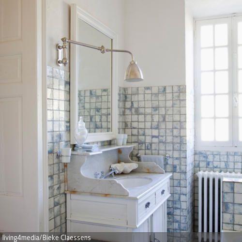 Dieser Vintage Waschtisch Ist Ein Besonderes Highlight Im Badezimmer. Die  Retro Wandleuchte Und