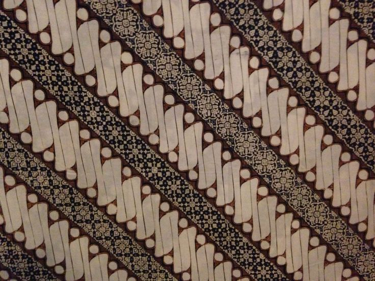 Barong Seling Nithik (Ambarukmo Jogja) Disini nitik diselingkan dengan pola barong yang merupakan pola larangan, warna dan bentuk yang kontras menjadikan indah. Membangun keberagaman yang bersanding dan bersatu serta menjadi kekuatan dan keindahan