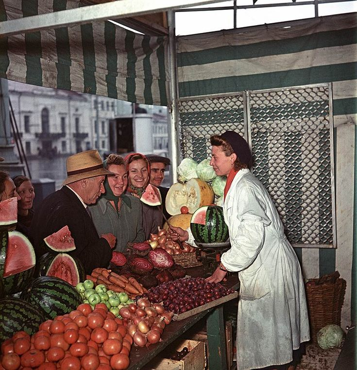 Продажа овощей и фруктов на Трубной площади в Москве, Яков Рюмкин, 1956