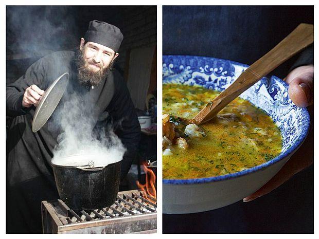 Curățați ceapa și ardeii grași. Spălați-le și tocați-le mărunt. Căliți-le în puțin ulei într-o cratiță mare, adăugând și morcovul curățat și ras pe răzătoare.