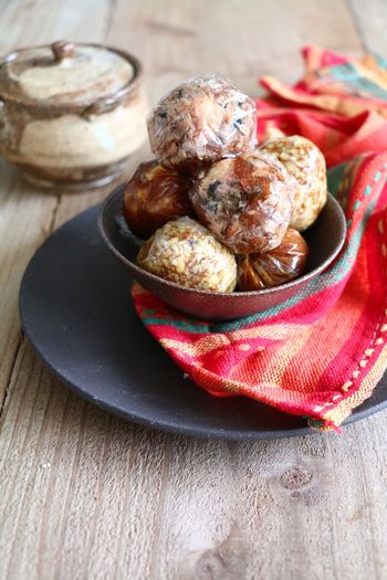さつまいも入りの季節味噌玉、胡麻油の香りで食欲そそられる味噌玉、ドライトマトやチーズが入ったイタリアン風な変わり味噌玉の3つのレシピです。 これなら、毎日食べても飽きないですね。