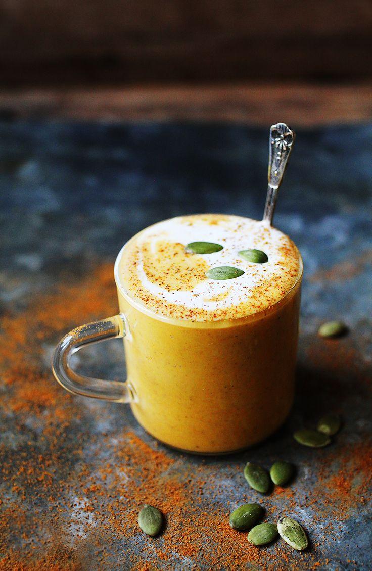 En varm, krämig dryck med smak av pumpa, ingefära, kanel, citron och kokosmjölk! Man kan säga att den blir som en matig smoothie och så himla, himla god!  Så här gjorde jag den varma...