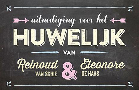 Huwelijkskaart met krijtbord look waarop in hippe letters de aankondiging van het huwelijk staat.