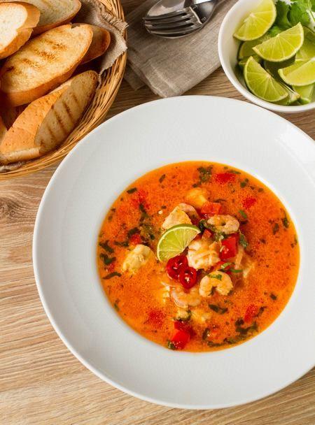 Не пугайтесь экзотического слова  Оно обозначает традиционную бразильскую рыбную похлебку с креветками. В оригинале пишется как Moqueca. Блюдо очень вкусное и довольно простое, несмотря на свою экзотичность. Рыба в этой похлебке тушится в кокосовом молоке с добавлением лука, томатов, чеснока, острого и сладкого перца. Ну и куда ж тут без кинзы и лайма - [...]