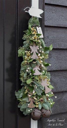 Kerst op een voetje  -  Mooi fijn klassiek kerststukje op voetje. Meenemen schaal op voetje. Kosten vanaf 17,50 Euro.