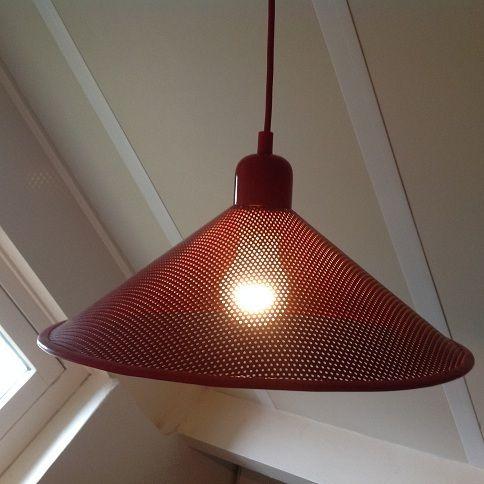 Hanglamp. Rood geperforeerd metaal. Retro.