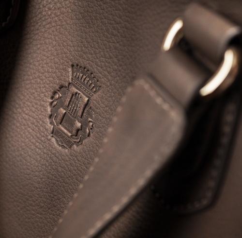 Roeckl Taschenleder: Für Taschen kann jede Lederart verarbeitet werden. Die am häufigsten vorkommenden geschlossenen Glattleder sind im Unterschied zum Handschuh aus Kalb. In der Roeckl Taschen- und Kleinlederwaren-Kollektion werden neben softem Kalbleder auch Lammnappa, Peccary und Python als Dekoration verwendet. Im Gegensatz zum Handschuh wird das Taschenleder mit einer leichten Ausrüstung versehen, die beim täglichen Gebrauch das Produkt vor Schmutz und Abrieb schützt.