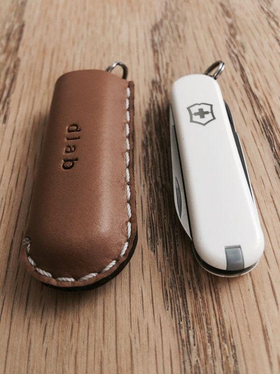 Usa el cuchillo plegable blanco de Victorinox Swiss Army con deslizamiento de bolsillo de cuero  -Blanco de costura  -Este producto viene con un único cuchillo     **********************  -Usted puede personalizar su pedido.  Hacerlo especial para ti, amigos y familia.  -máximo 10 letras (póngase en contacto con nosotros si usted necesita más.)   Por favor ver el siguiente enlace:  https://www.etsy.com/listing/222344394/personalize-your-orderadd-a-monogram?ref=shop_home_active_1      Colores…