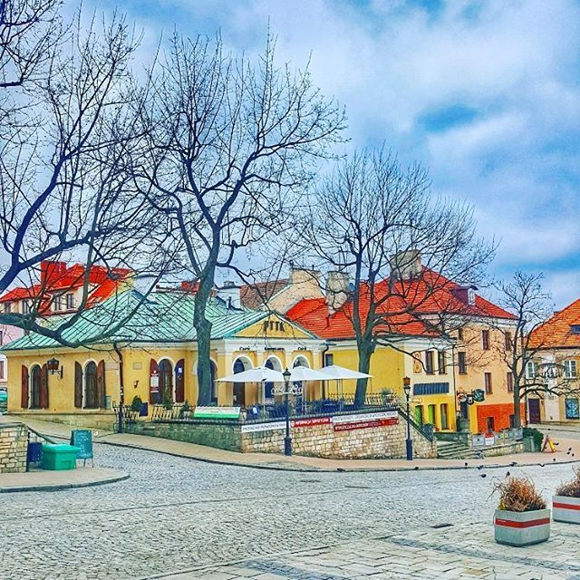 looks deserted now bet it will change in a couple of months  #sandomierz #poland #travel #iseeplaces #travelphotography #worldinmotion #allaroundtheworld #postcardsfromtheworld #arountheworld #worldplaces #traveltheworld #travelgram #travelphoto #picoftheday #oldtown #photography #architecture #instagram #instagood #instatravel #like4like #l4l #followforfollow #streetphotography #photos_from_poland #polska