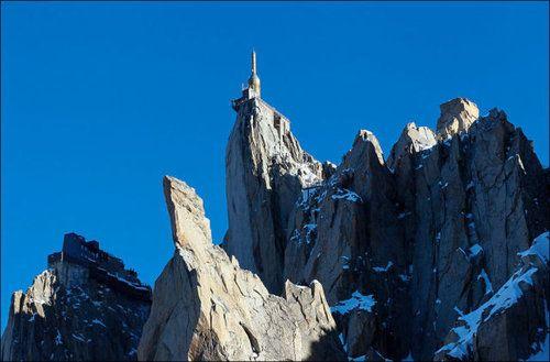 エギーユ・デュ・ミディ(Aiguille du Midi)はフランスのアルプス山脈にあるモンブラン山系の山。  ロープウェイで行ける。  スカイウォークといわれるガラス張りの施設あり。