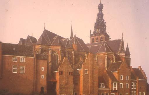 Sint-Stevenskerk met op de voorgrond de achterzijde van de kanunnikenhuisjes. Foto eind jaren '70.