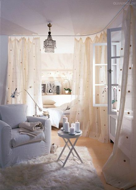 ワンルームにもオススメ!カーテンを使ったベッドルームの間仕切り ... ベッドカーテンでガーリーな演出