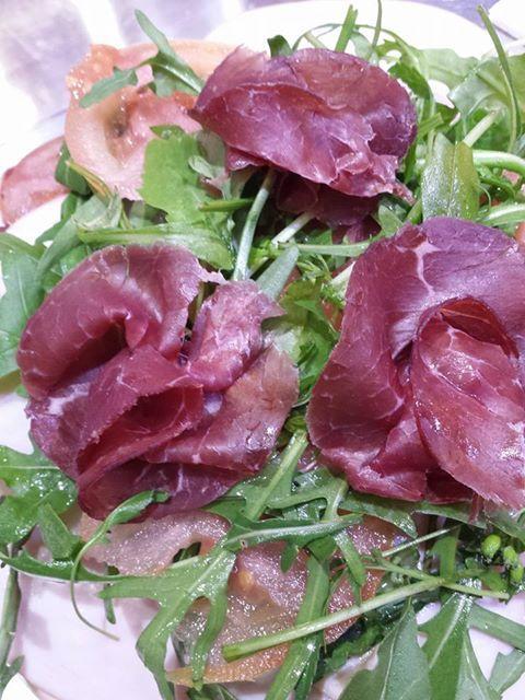Buona cena a tutti per me stasera un piatto fresco e buono rughetta, lattuga, pomodoro, tacchino e bresaola con pane integrale  come sempre vi aspetto sul mio blog lamiadietablog.altervista.org